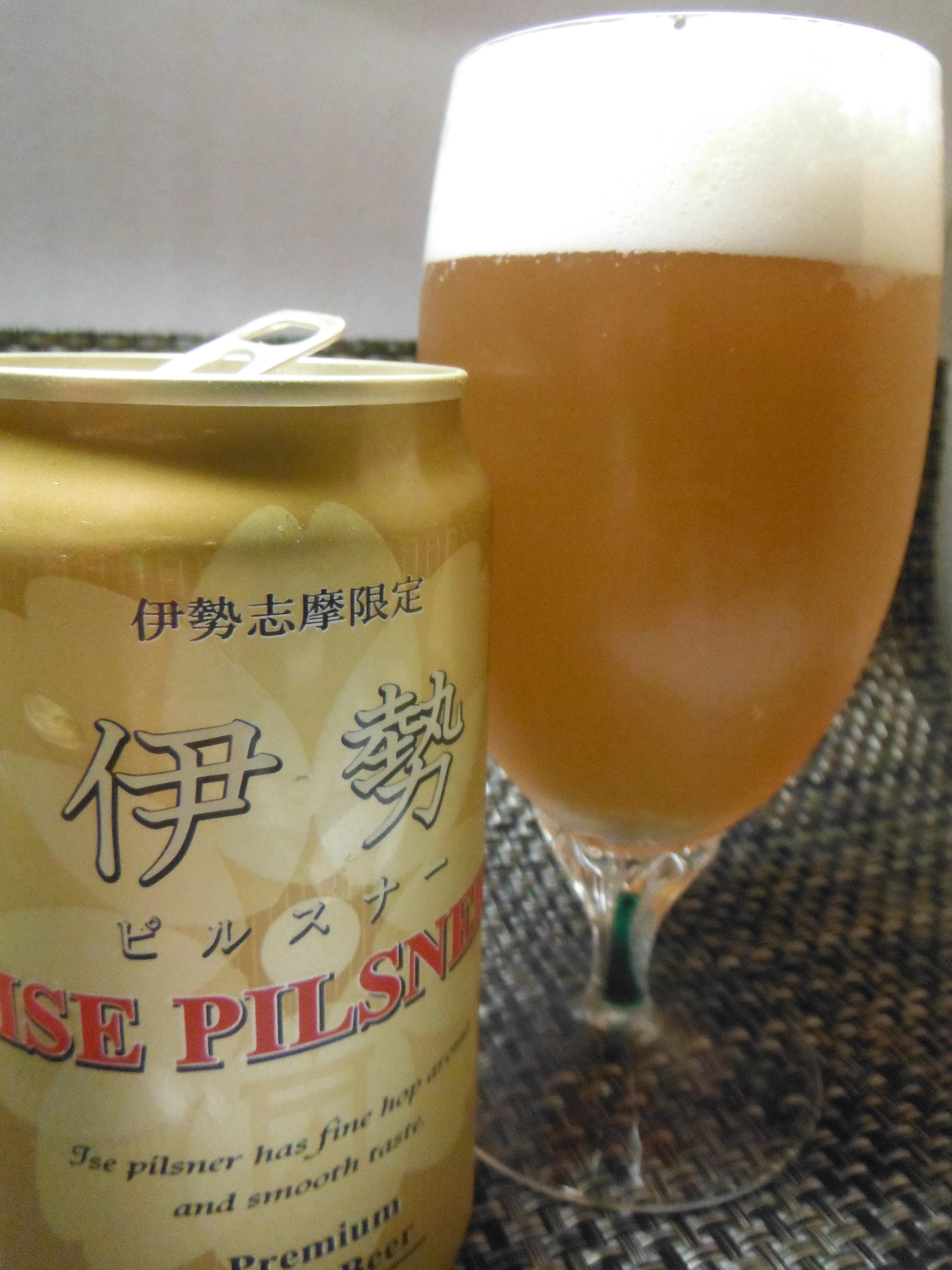 綺麗なグラスに注いだ伊勢ピルスナー2