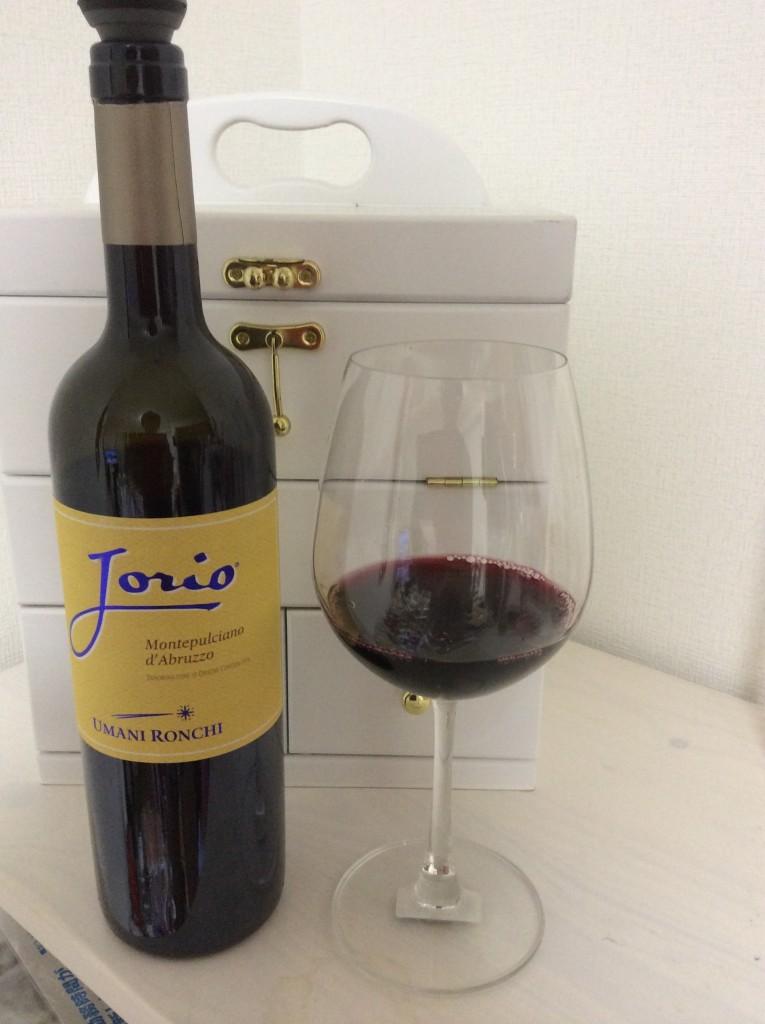 ワイングラスに注いだヨーリオ モンテプルチアーノ・ダブルッツォ