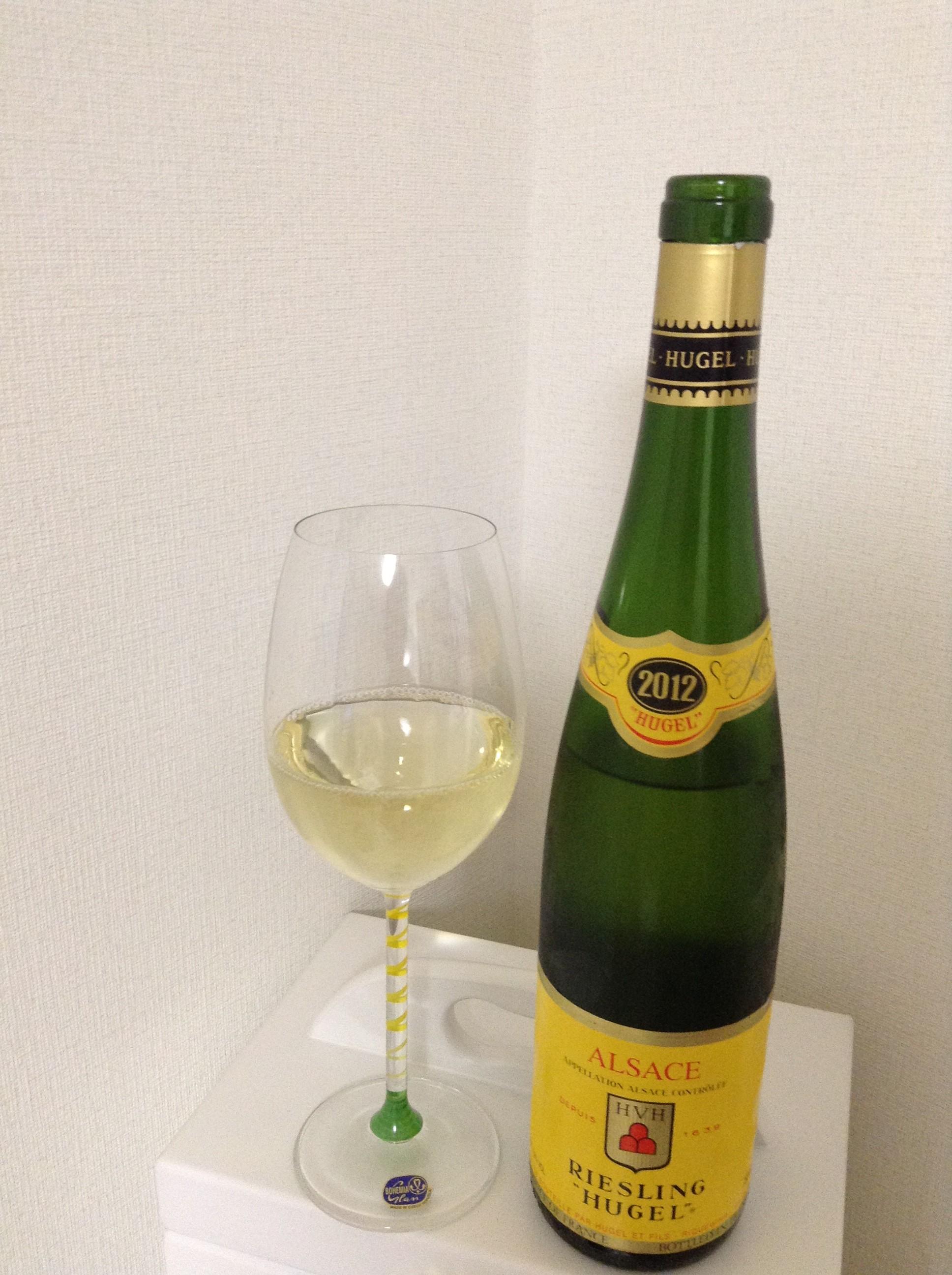 ワイングラスに注いだヒューゲル・リースリング