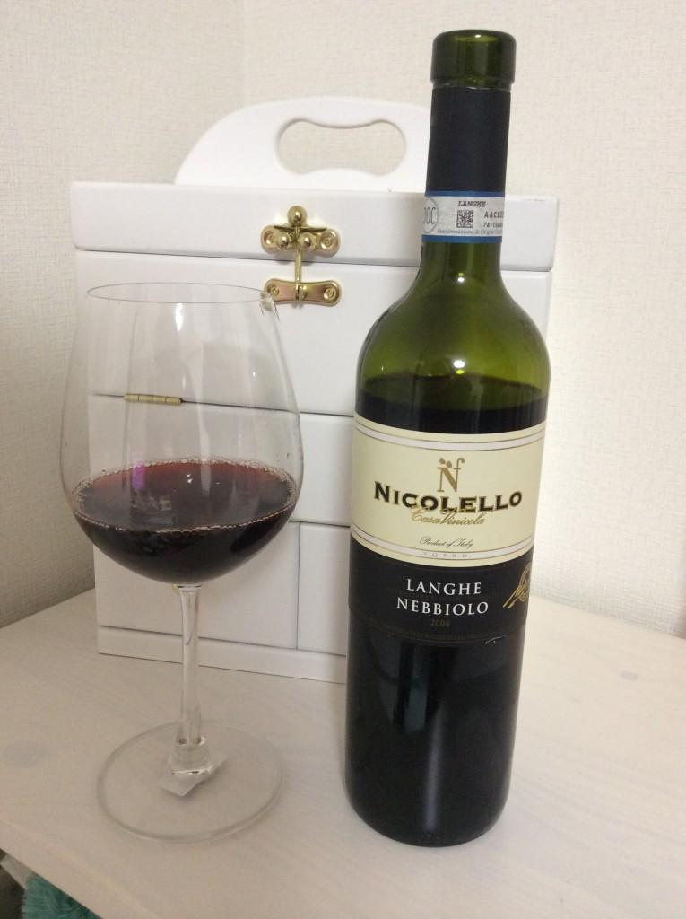 綺麗なグラスに注いだニコレッロ・ランゲ・ネッビオーロ