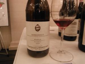 グラスに注いだカステッロ・ディ・ヴェルドゥーノ・バルバレスコ・ラバーヤ・リゼルヴァ2009