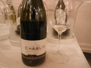 グラスに注いだドメーヌ・ローランド・ラヴァンテュルー・シャブリ2014