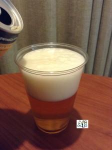 カップに注ぐBikini Blonde Lager