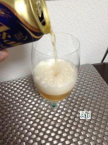 綺麗なグラスに注ぐアサヒドライプレミアム 豊醸