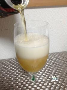 綺麗なグラスに注ぐサッポロ生ビール 黒ラベル エクストラブリュー