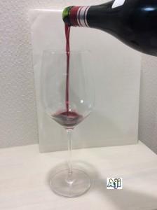 綺麗なグラスに注ぐビーニャ・レアル クリアンサ 2012