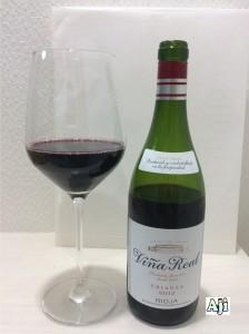 綺麗なグラスに注いだ綺麗なグラスに注ぐビーニャ・レアル クリアンサ 2012
