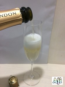 グラスに注ぐシャンドン・ブリュット